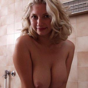 babe shows big,tits